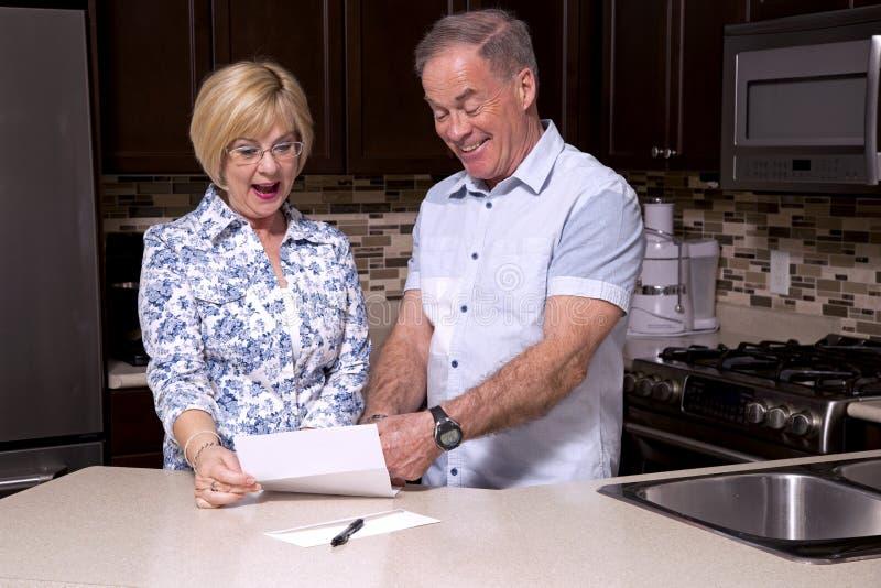 Teruggetrokken paar in de keuken royalty-vrije stock foto's