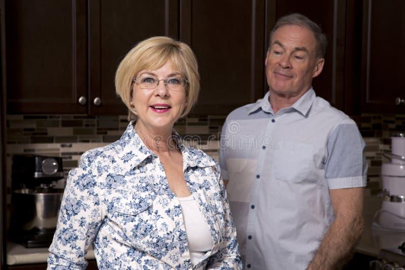 Teruggetrokken paar in de keuken stock foto
