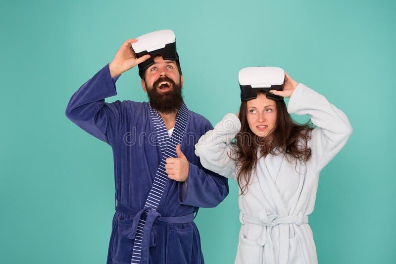 Terugkeer naar werkelijkheid De man en de vrouw onderzoeken vr VR technologie en toekomst VR mededeling Opwindende indrukken Het  stock foto