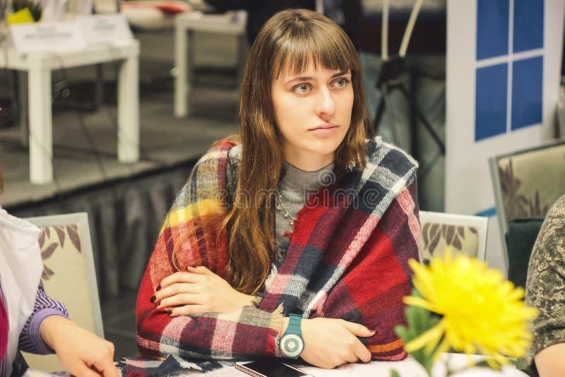 Terwijl het samenkomen, groep jonge vrouwen die samenwerken royalty-vrije stock afbeelding