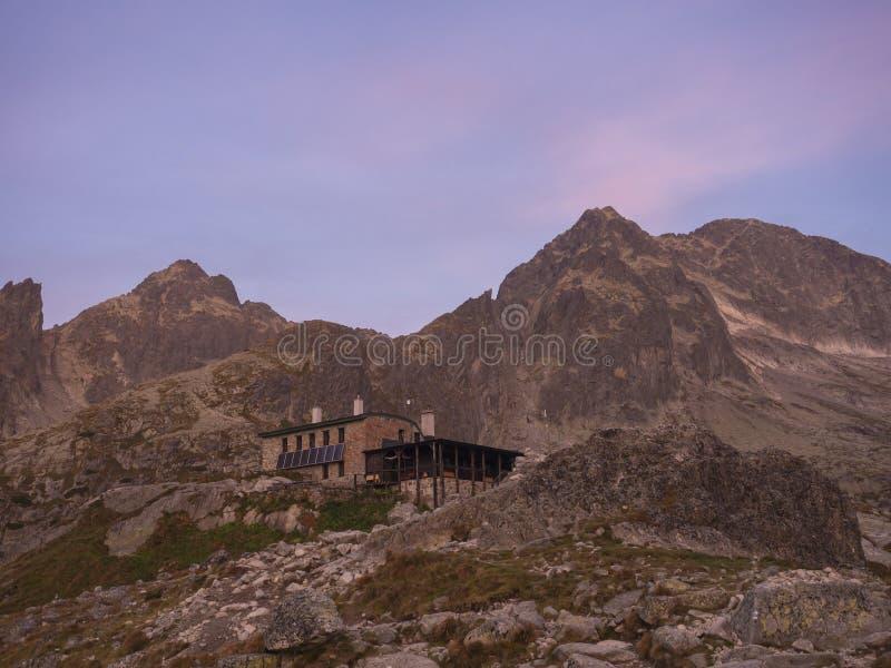 Teryho Chata的看法在日出的与桃红色在斯洛伐克的山高Tatra上色了山峰和自然  图库摄影