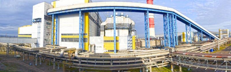 Terytorium przemysłowy przedsięwzięcie Paliwowi i nafciani zbiorniki przeplatać ogromne, przemysłowe drymby w fabryce, panorama obraz royalty free