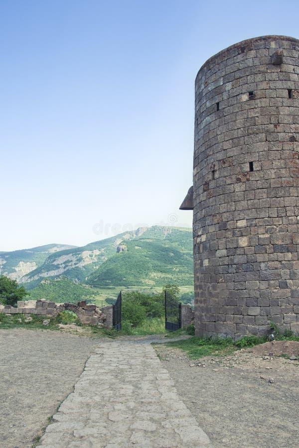 Terytorium Tatev monaster Wierza, kamienna droga brama Widok Górski Armenia zdjęcia royalty free