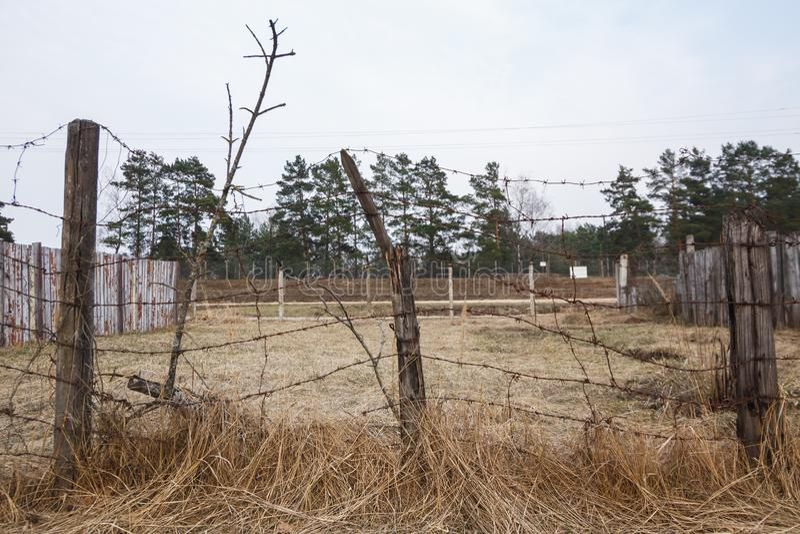 Terytorium za drutu kolczastego ogrodzeniem obraz royalty free