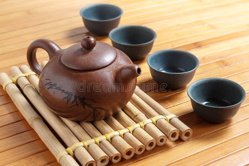 Teservis på en trätabell som göras av bambu royaltyfria bilder