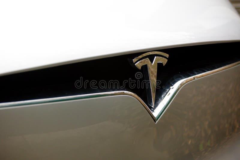 Tesla-Überverdichter an der grünen Park-Lesung lizenzfreie stockfotografie