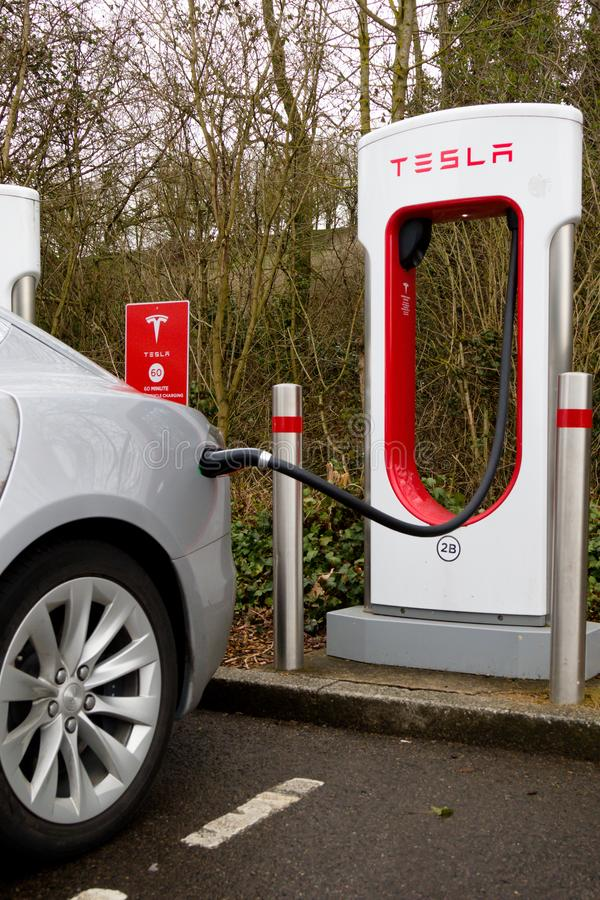 Tesla-Überverdichter an der grünen Park-Lesung lizenzfreie stockfotos