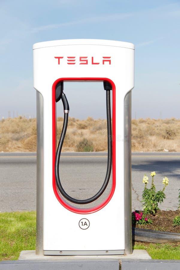 Tesla-Überverdichterstation in zentralem Kalifornien, Abschluss oben auf Ladepumpe lizenzfreie stockfotografie
