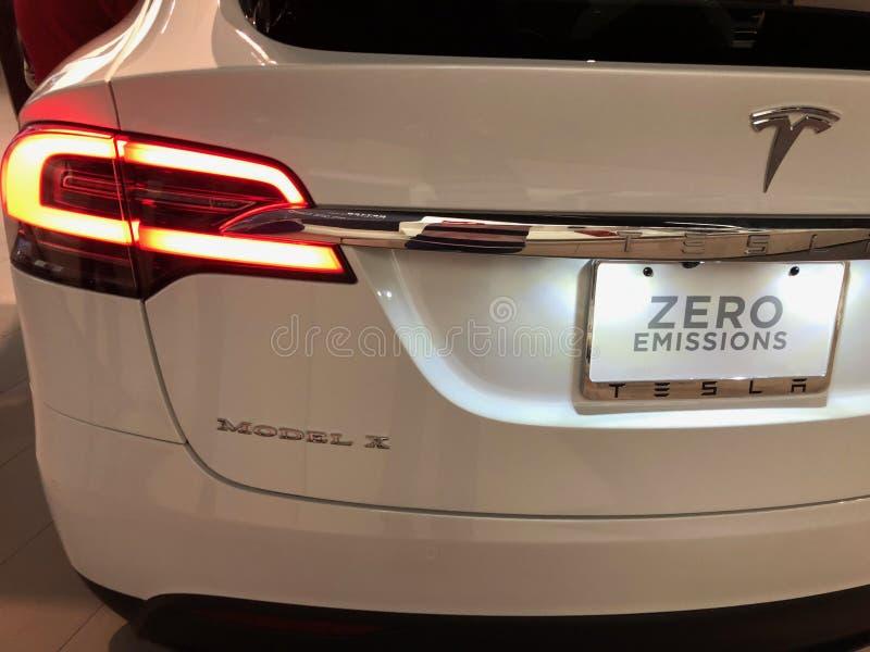 Tesla-Auto in einem Ausstellungsraum lizenzfreie stockfotografie