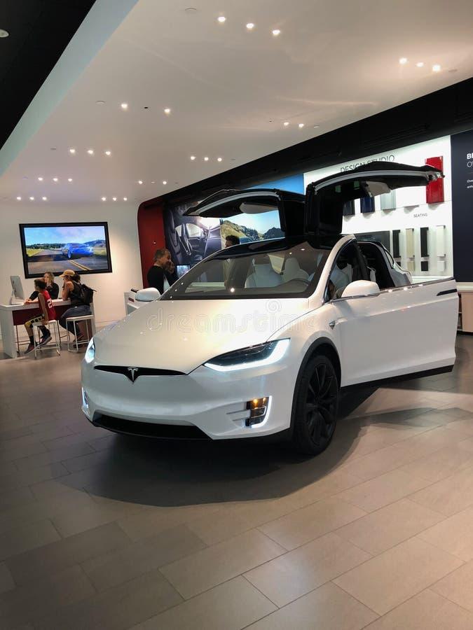 Tesla-Auto in einem Ausstellungsraum stockbild