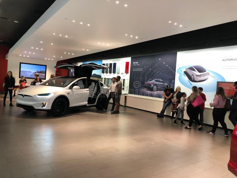 Tesla-Auto in einem Ausstellungsraum stockbilder