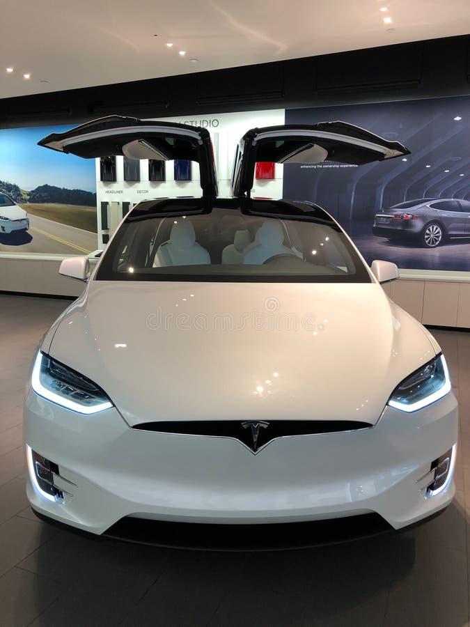 Tesla-Auto in einem Ausstellungsraum lizenzfreie stockbilder