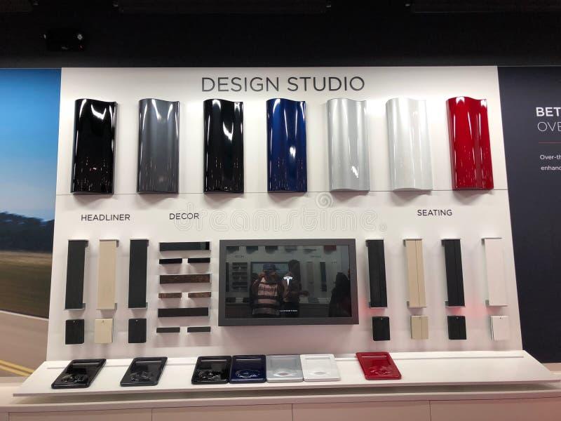 Tesla-Design-Studio-Anzeige in einem Tesla-Ausstellungsraum stockbilder