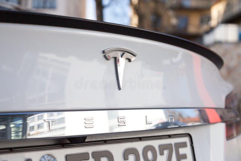 Tesla-Logo auf einem Tesla-Auto stockbild