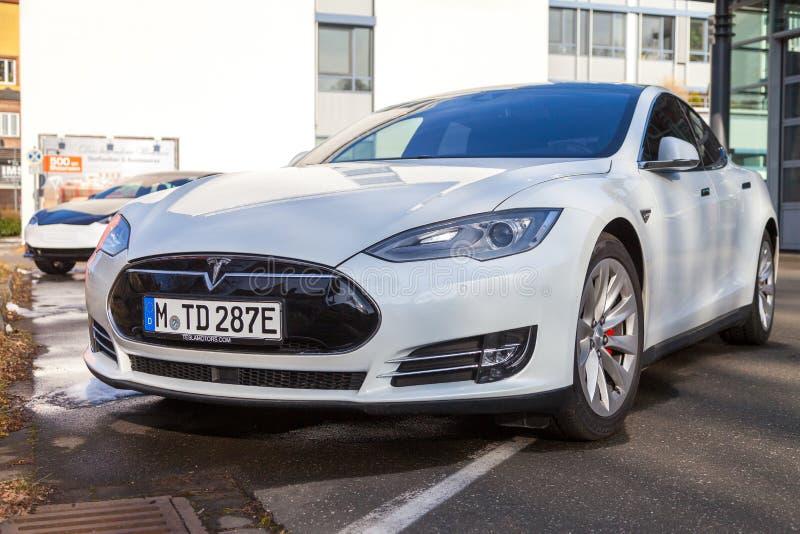 Tesla-Logo auf einem Tesla-Auto stockbilder