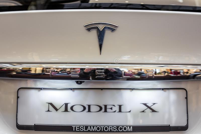 Tesla-Logo auf einem Tesla-Auto stockfotografie