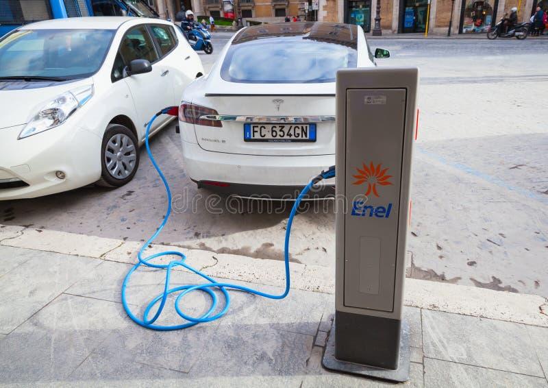 Tesla modèlent la voiture de S chargeant à la station de recharge publique photographie stock libre de droits