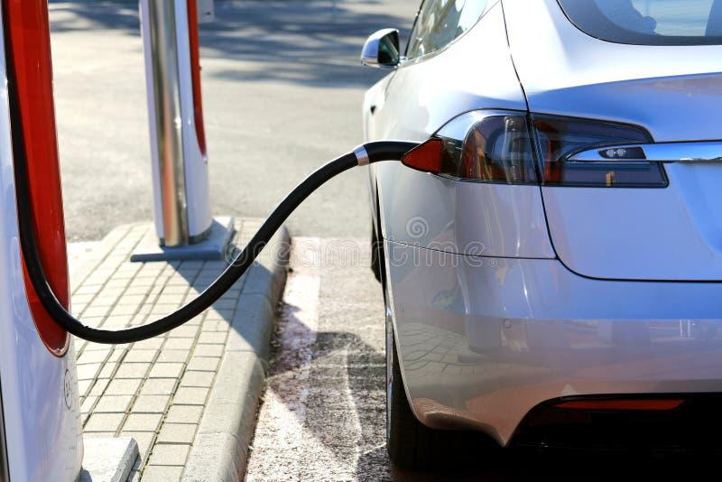 Tesla Model S充电电池详细信息 库存照片
