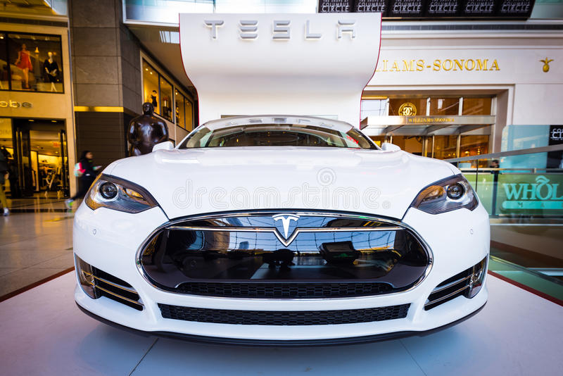 Tesla modela S na exposição em Columbus Circle de New York City imagem de stock