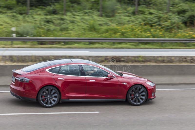 Tesla-Modell S auf der Autobahn lizenzfreie stockfotos