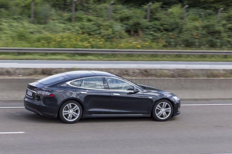 Tesla-Modell S auf der Autobahn stockfotografie