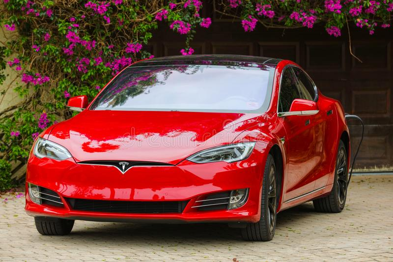 Tesla-Modell s, das zu Hause auflädt lizenzfreie stockfotos