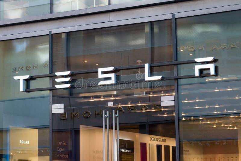Tesla Motors-Speicher in Hamburg stockbilder