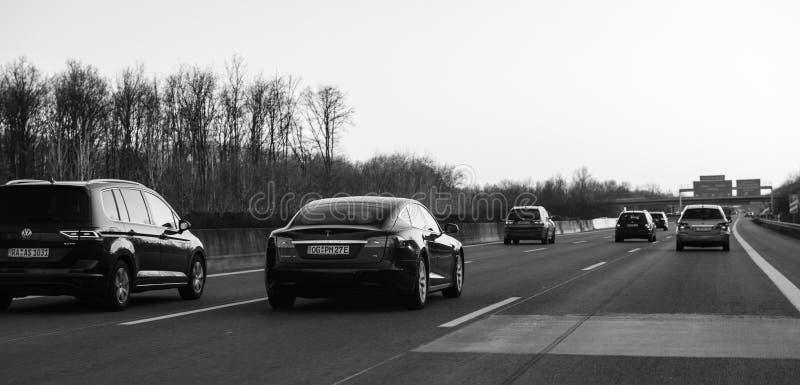 Tesla P85 et d'autres voitures sur l'autoroute allemande noire et blanche image stock