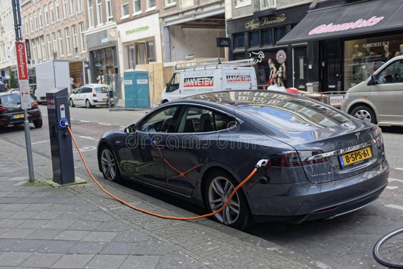 Tesla samochodowy ładować w Amsterdam zdjęcie royalty free