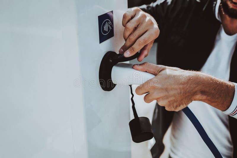 Tesla samochodu kabla prymka Samochodu Ładuje pojęcie fotografia royalty free