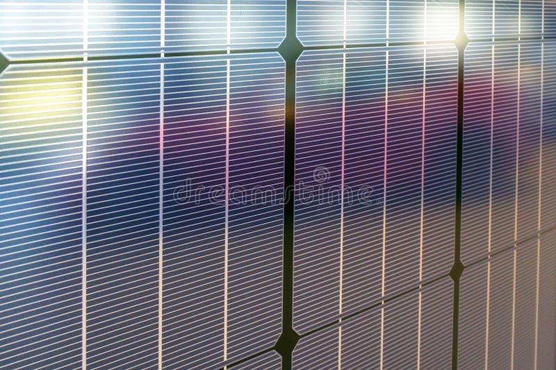 Tesla-Sonnenkollektoren mit Reflexion des Einsteckelektroautos M stockfotografie