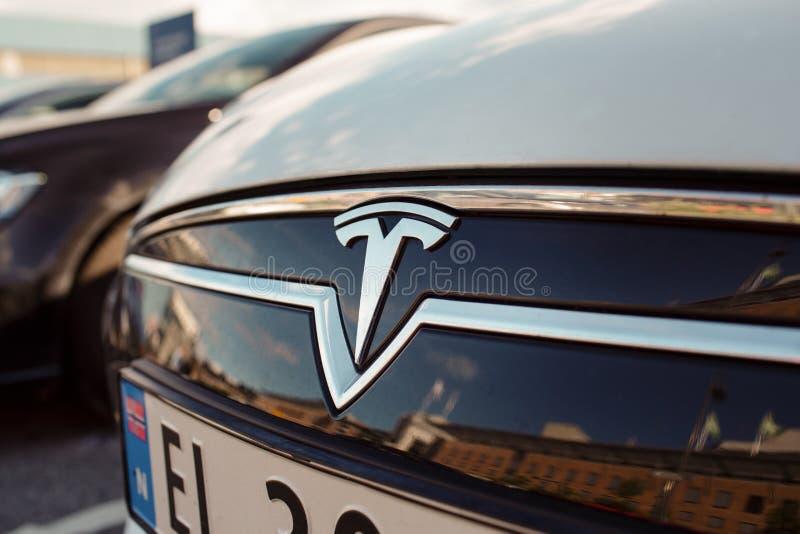 Tesla viaja en automóvili el logotipo fotos de archivo libres de regalías