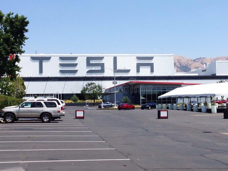 Tesla viaja en automóvili la fábrica foto de archivo libre de regalías