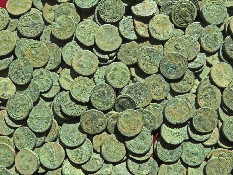 Tesoro antico della moneta Soldi rotondi di rame timbrati immagini stock libere da diritti