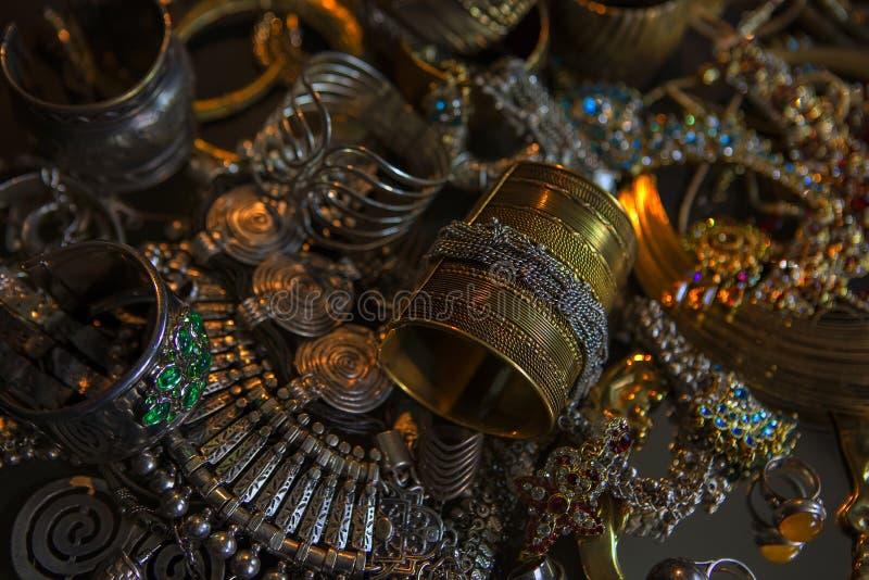 Tesoro, insieme dei gioielli nuziali del bello oro orientale (indiano, immagine stock libera da diritti