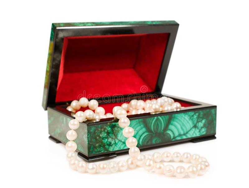 Tesoro-scatola della malachite con una collana della perla immagine stock