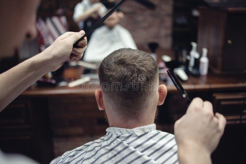 Tesouras da cabeça de corte do cabelo O cabeleireiro dos homens fotografia de stock royalty free