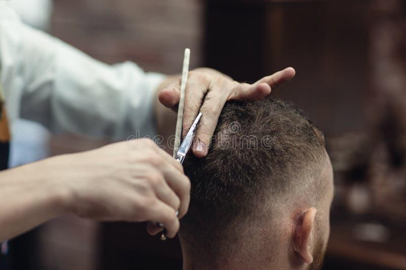Tesouras da cabeça de corte do cabelo O cabeleireiro dos homens fotografia de stock