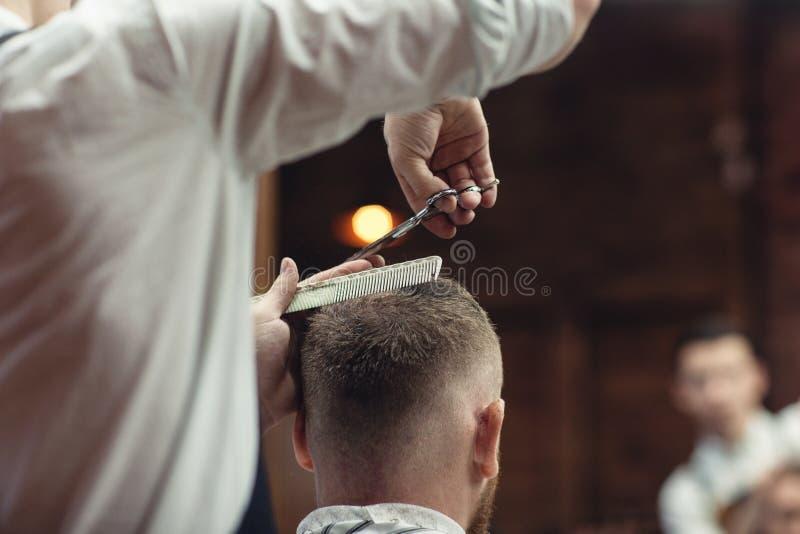 Tesouras da cabeça de corte do cabelo O cabeleireiro dos homens foto de stock royalty free