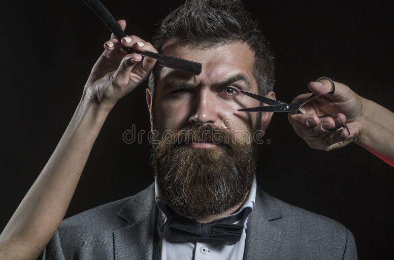 Tesouras do barbeiro e lâmina reta, barbeiro Corte de cabelo dos homens, barbeando Homem farpado, barba longa, brutal, caucasiano imagem de stock