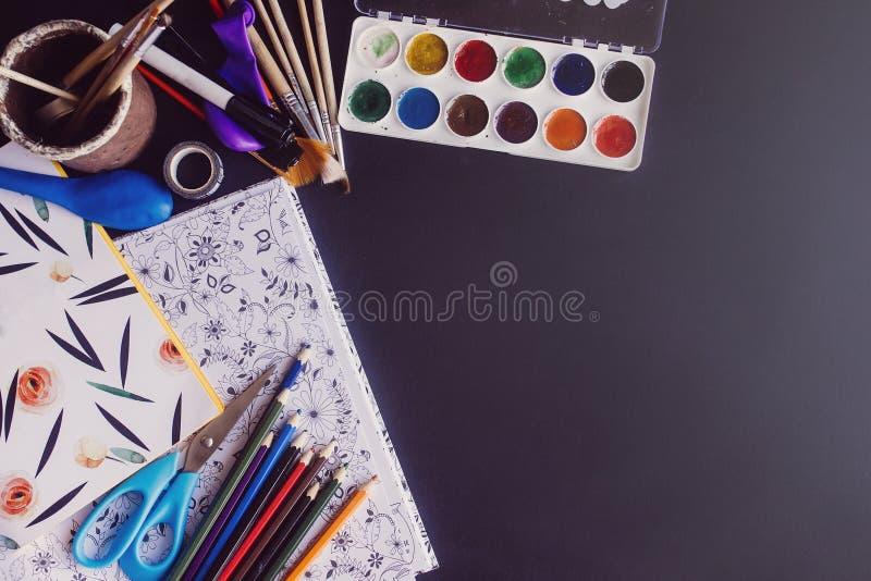 Tesouras e livro para colorir coloridos das escovas de pinturas dos lápis em c fotos de stock royalty free