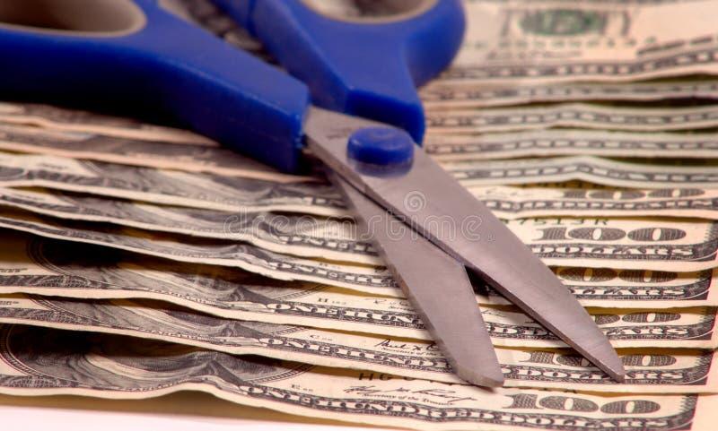 Tesouras no dinheiro fotos de stock