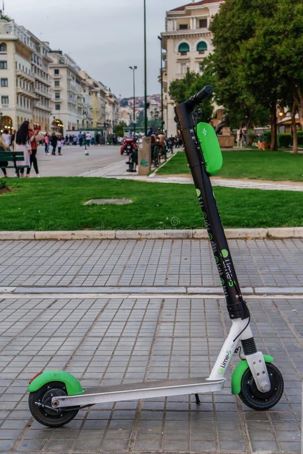 Tessalónica, Grécia - 26 de abril de 2019: Um arrendamento elétrico estacionado do 'trotinette' do cal sem passageiro Um verde e  foto de stock royalty free