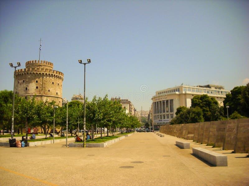 Tessalónica, Grécia - 7 de junho de 2014: turista que visita a torre branca na cidade de Tessalónica, Grécia imagem de stock