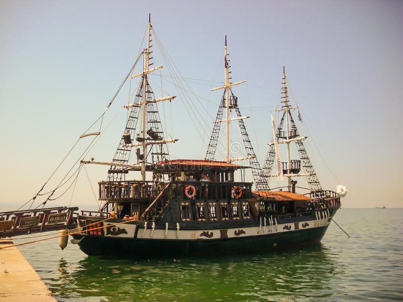 Tessalónica, Grécia - 7 de junho de 2014: Turistas de espera do barco de Arabella na cidade de Tessalónica, Grécia imagens de stock