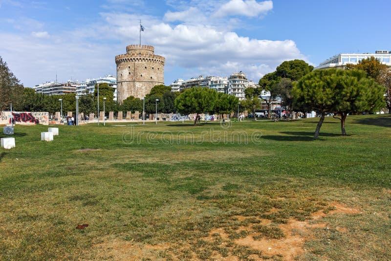 TESSALÓNICA, GRÉCIA - 30 DE SETEMBRO DE 2017: Arquitetura da cidade com a torre branca na cidade de Tessalónica, Grécia foto de stock