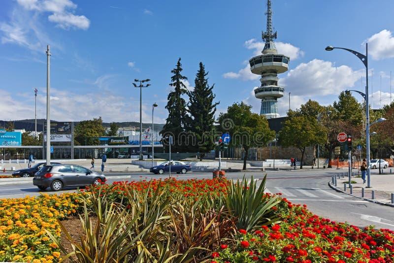 TESSALÓNICA, GRÉCIA - 30 DE SETEMBRO DE 2017: Torre e flores de OTE na parte dianteira na cidade de Tessalónica, Grécia foto de stock