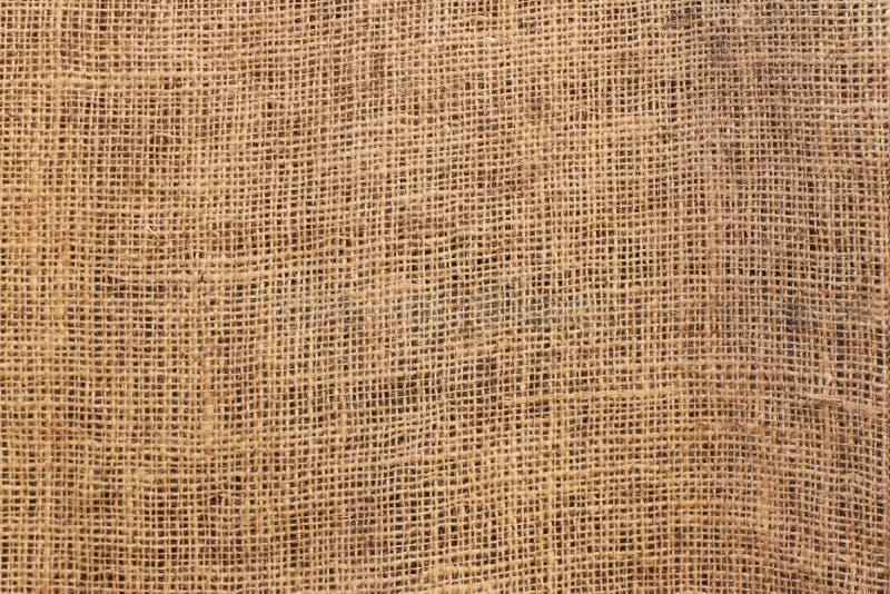 Tessitura del materiale con tessitura grezza di fibre di lino di colore marrone Burlap per la decorazione e la progettazione dell fotografia stock libera da diritti