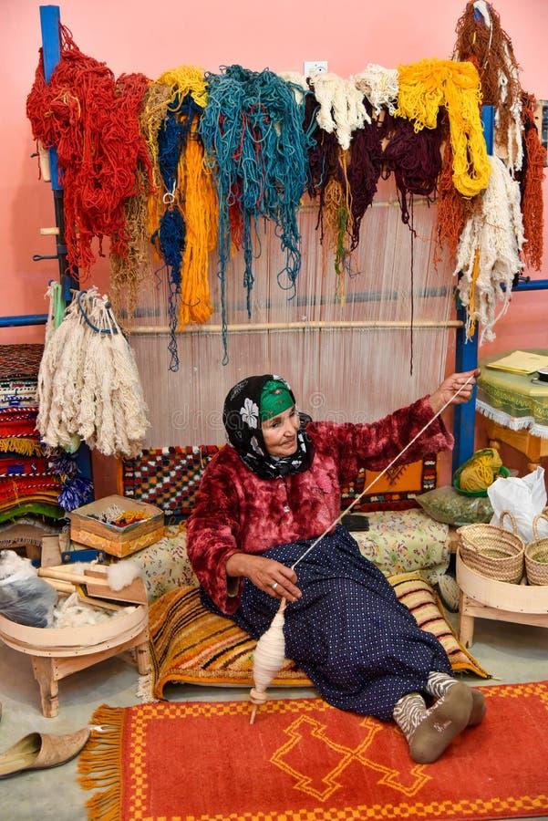 Tessitura di tappeti, artigianato tradizionale vintage, business domestico marocchino immagine stock