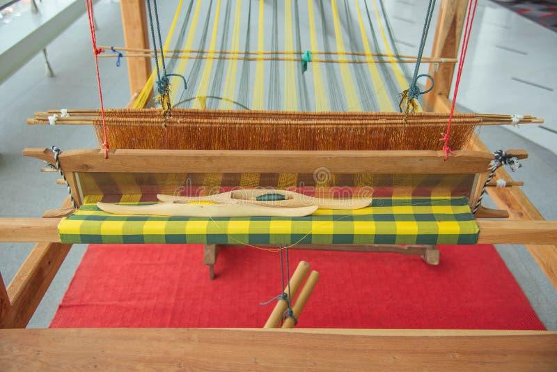 Tessitura a mano telaio, il telaio per tessitura e della navetta sul filo di ordito immagine stock libera da diritti